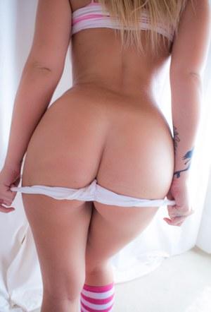Леди в белых трусиках сексуально крутит большой попкой