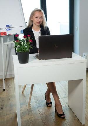 Молоденькая секретарша в трусиках обнажается перед коллегой