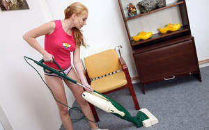 Уборщица в цветных трусах подрочила после работы