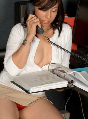 Порочная секретарша в красных трусиках развратничает в кабинете