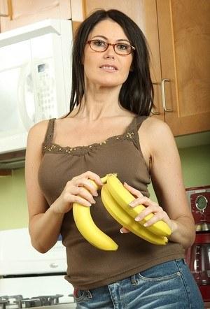 Рослая мамаша в трусах эротично облизывает банан