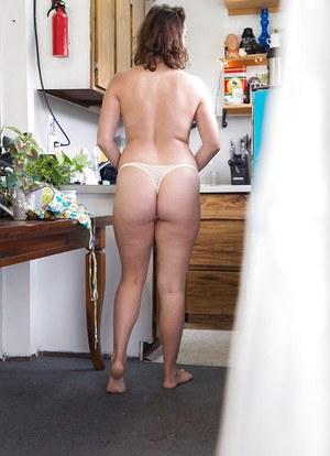 Горячая мамка в прозрачных трусиках гуляет по кухне