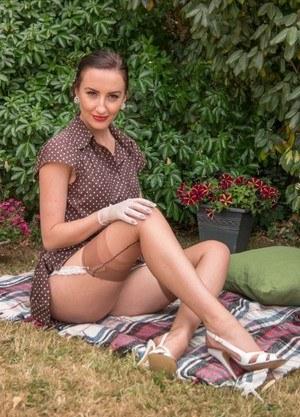 Провинциальная мамочка в прозрачном белье шалит на лужайке