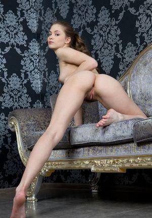 Худышка в полосатых трусиках эротично раздвигает ножки