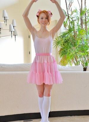Рыжая балерина в трусах возбудила учителя и подрочила норку