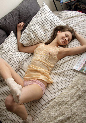 Неженка в розовых трусиках поглаживает себя на постели