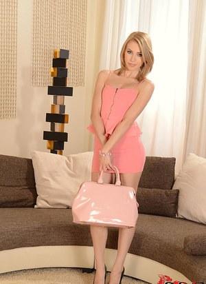 Блондинка в бикини дрочит крупной игрушкой