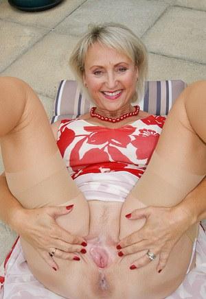 Роскошная старушка в трусиках мастурбирует перед соседом