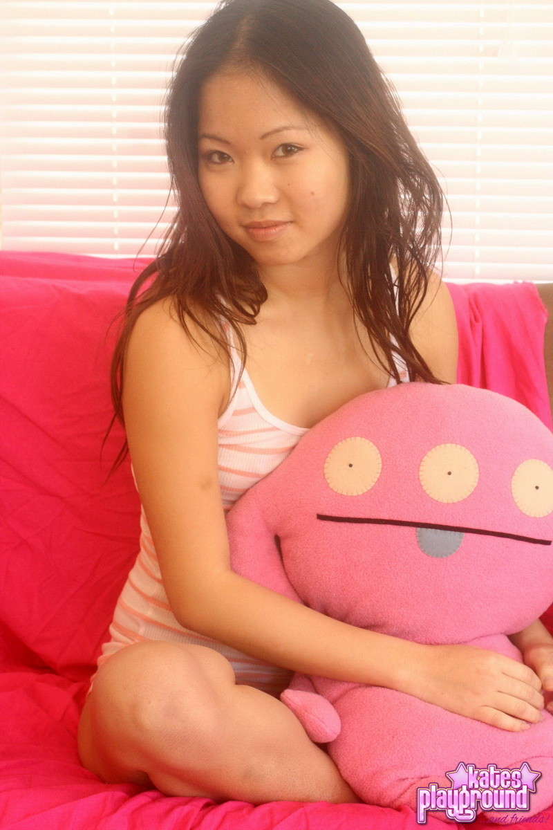 Миниатюрная азиатка в стрингах желает толстого члена