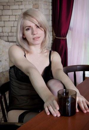 Блондинка в черных трусиках показывает небритую пилотку на столе
