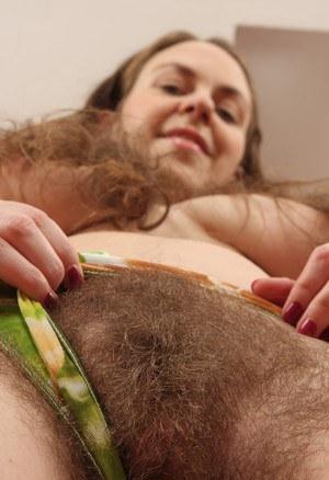 Пухлая телка спускает трусики и показывает заросшую киску