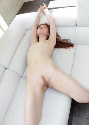 Рыжая бесстыдница в трусиках трется на диванчике