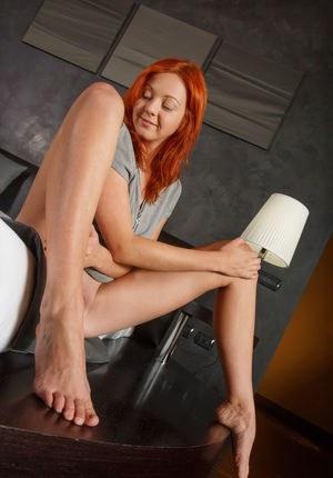 Рыжая студентка в белых трусах эротично поглаживает волосы