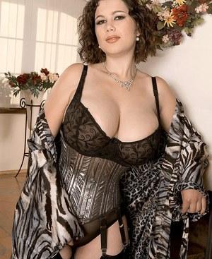 Пухлая мамаша в красивом нижнем белье ощупала себя после работы