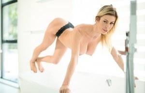 Грудастая женщина в нижнем белье классно позирует в ванной