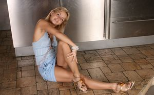 Хрупкая цыпочка в трусиках широко развела ножки на полу