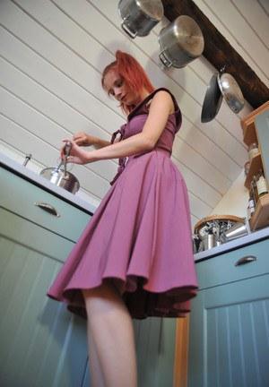 Рыжая проказница в белых трусах помыла попку на кухне
