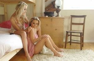 Молодые лесбиянки в трусиках дерутся розовыми подушками