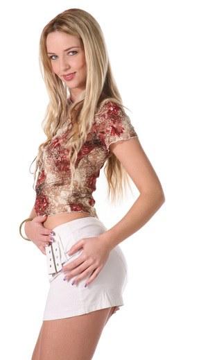 Красивая блондинка в красных трусах нежно тискает натуральные сиськи