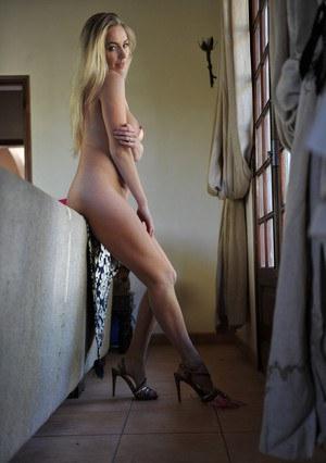 Высокая провинциалка в красивых трусиках позирует у окна