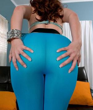 Пухлая женщина в бикини сексуально двигает попкой перед молодым