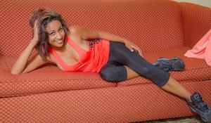 Смуглая телочка в трусиках развратничает на диване