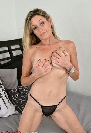 Мамочка в черных трусах щупает дойки в спальне